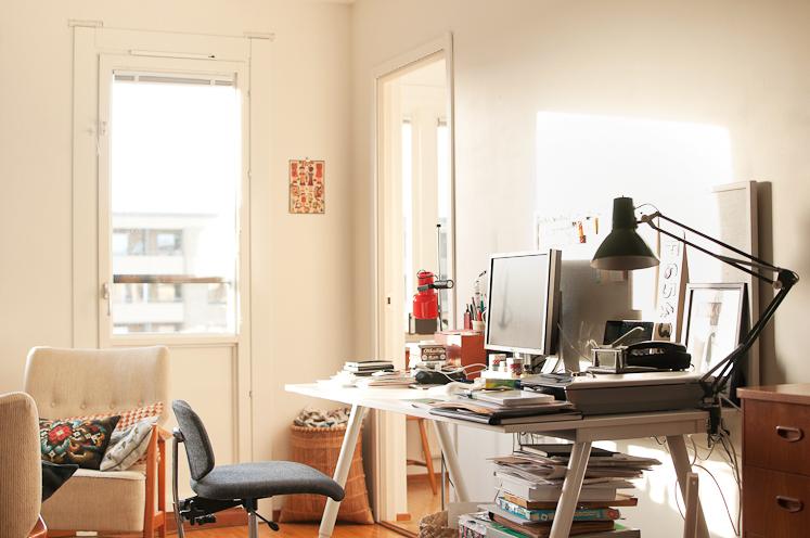 Bałagan w mieszkaniu przy stanowisku pracy