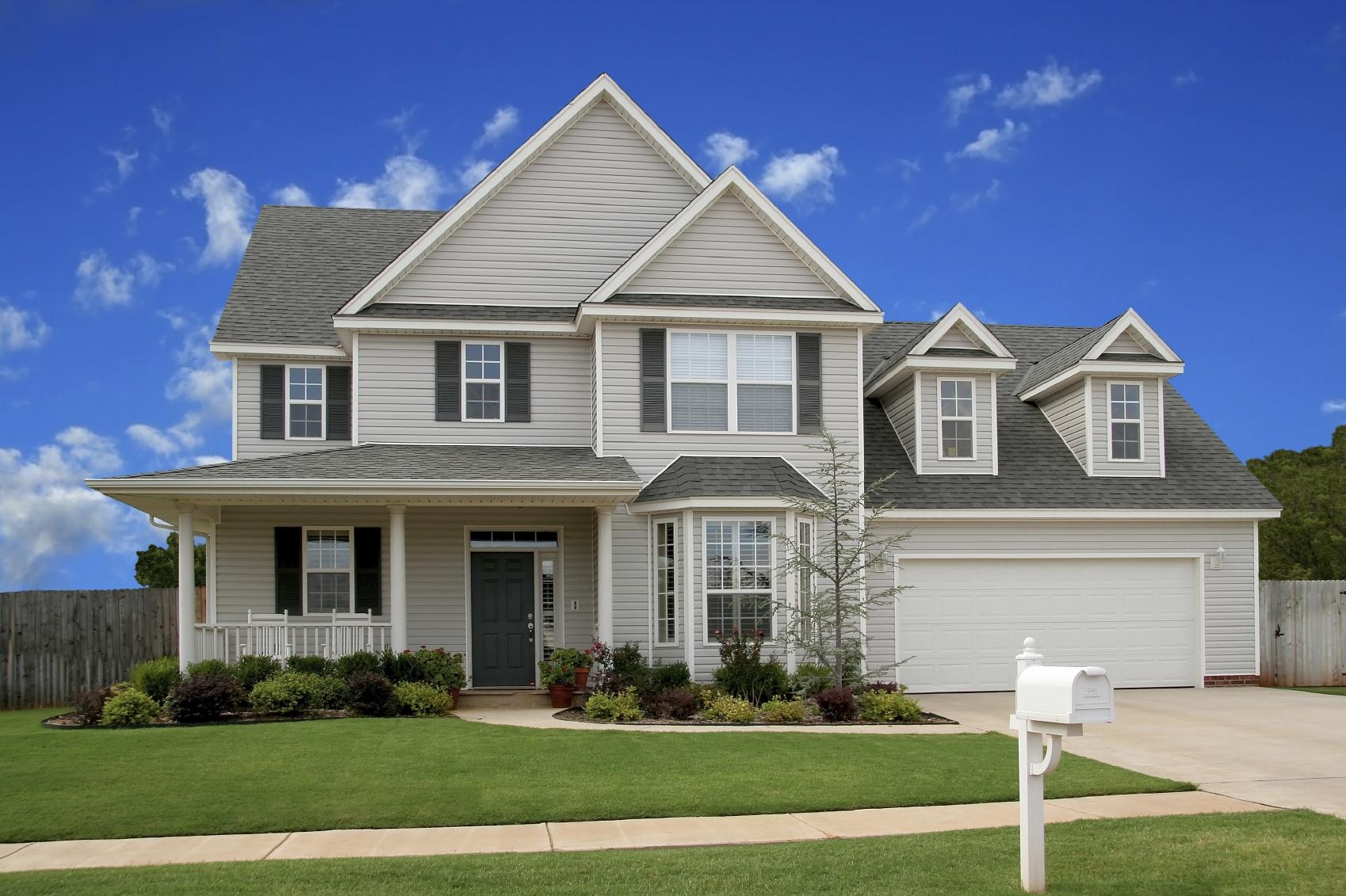 Biały, duży dom jednorodzinny.