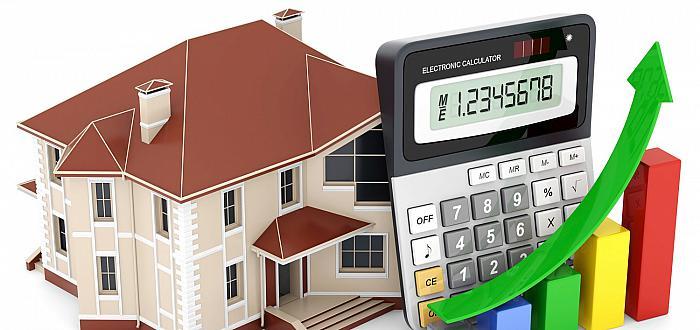 Dom i kalkulator symbolizujący zbyt wysokie ceny ofertowe nieruchomości