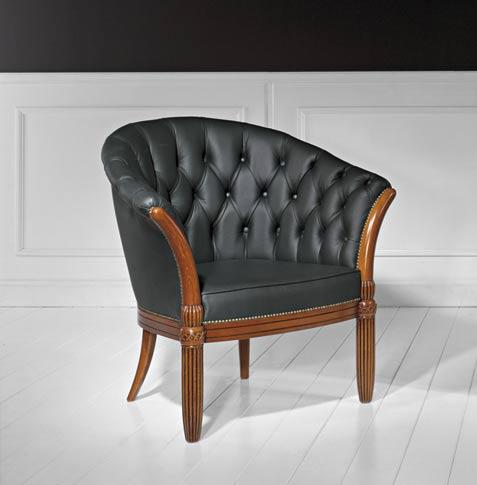 Elegancki fotel klubowy do wnętrz w stylu starodawnym.