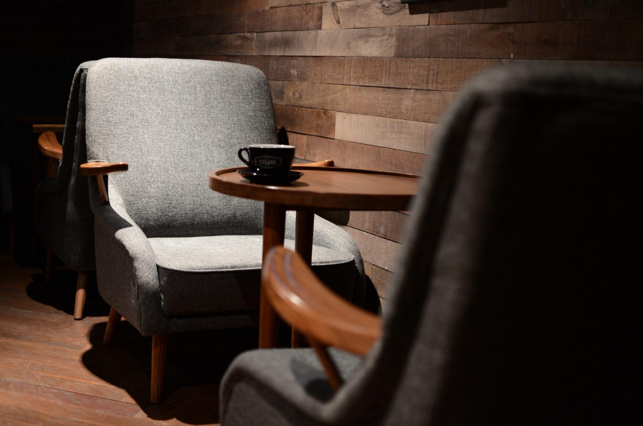 Szary fotel, idealny do przyjmowania gości.