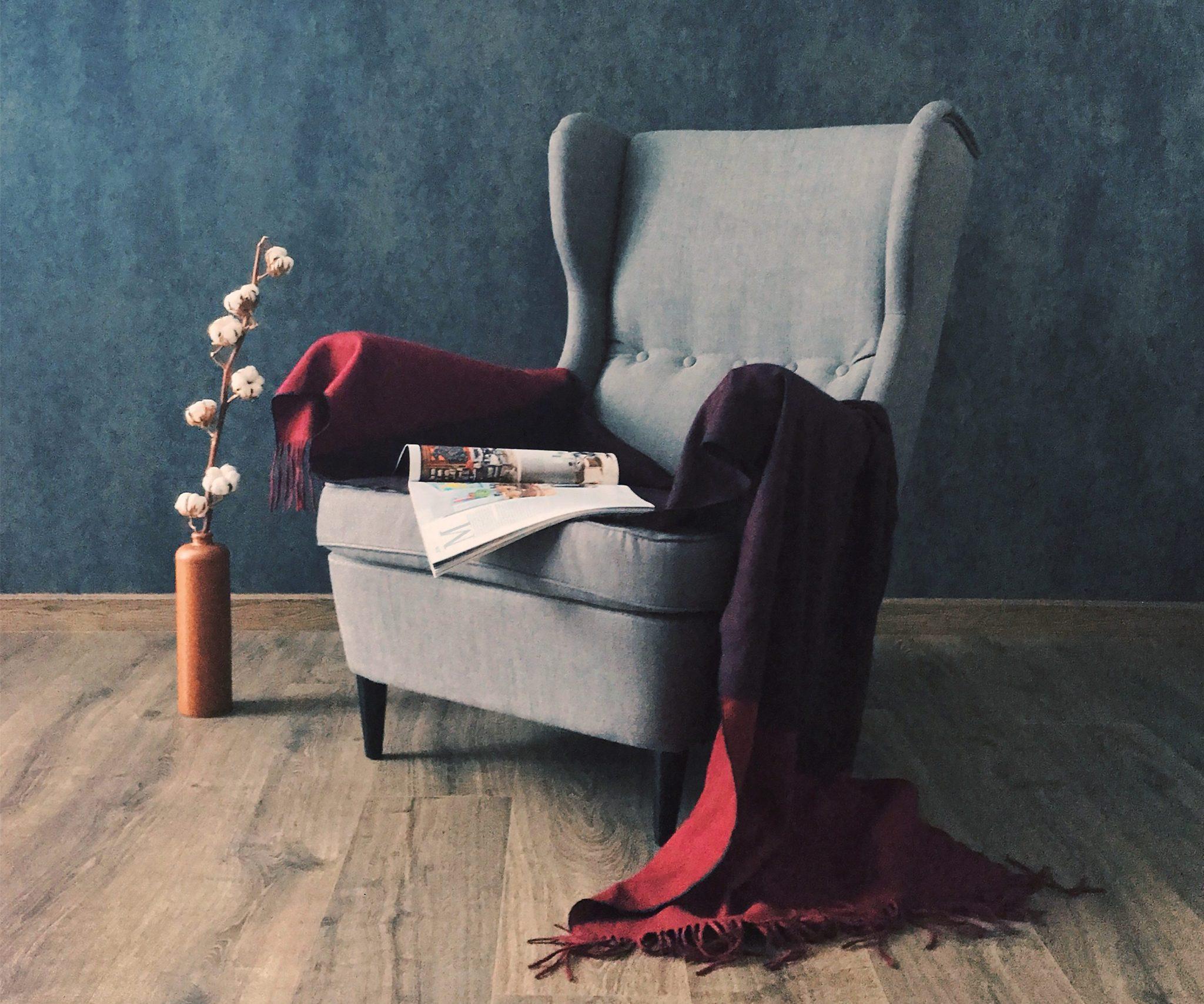 Szary, bardzo modny fotel w stylu ikea