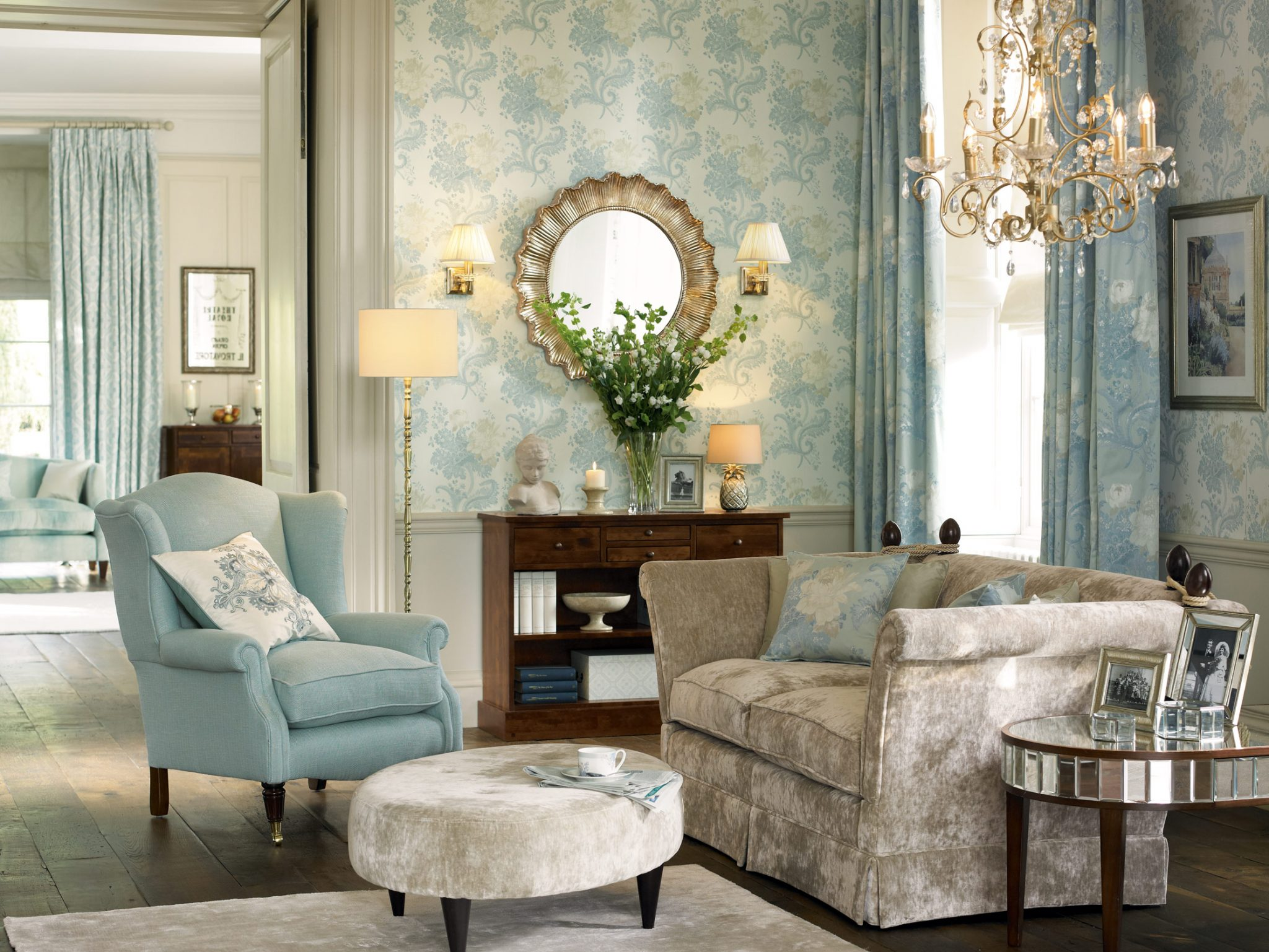 Salon w stylu romantycznym w kolorze niebieskim