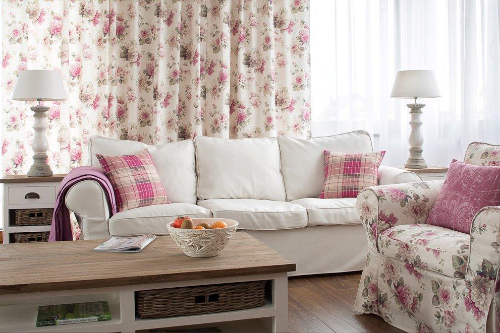 Salon w wiejsko - romantycznym stylu angielskim z motywem róż w kolorze różowym.