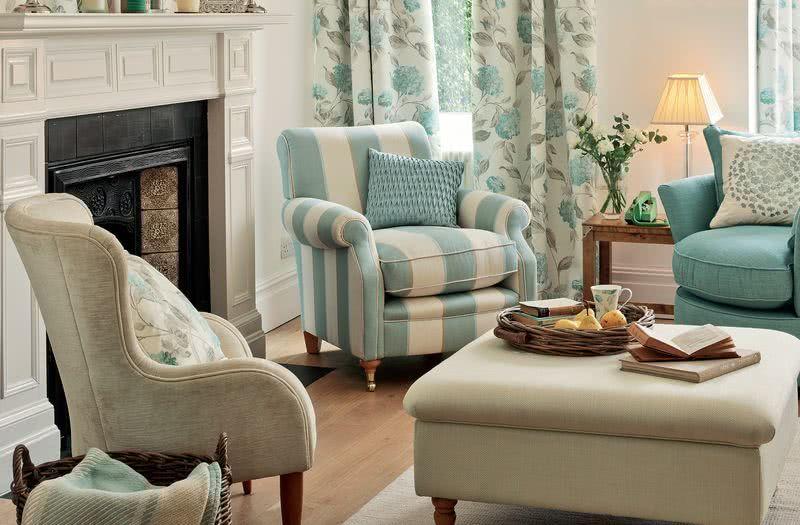 Salon w stylu angielskim z dodatkiem koloru niebieskiego